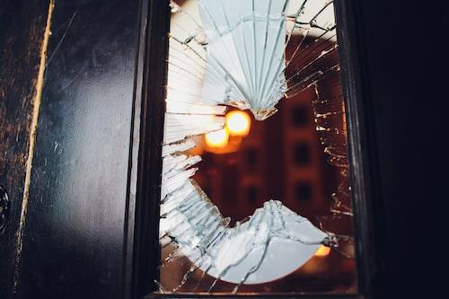 Ett enkelt misstag är att låta värdesaker som nycklar, kameror eller datorer synligt från fönstren.