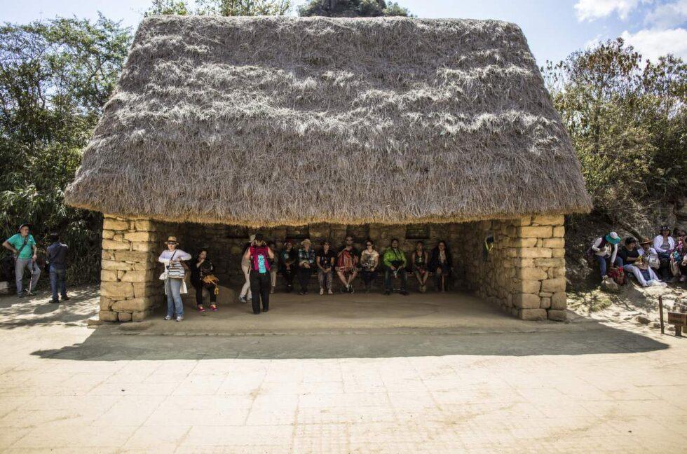 Besökare tar en kort vilopaus i skuggan.