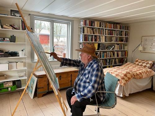 Att måla är befriande, tycker Plura. När huset renoverades såg han till att behålla de gamla golven och taket.