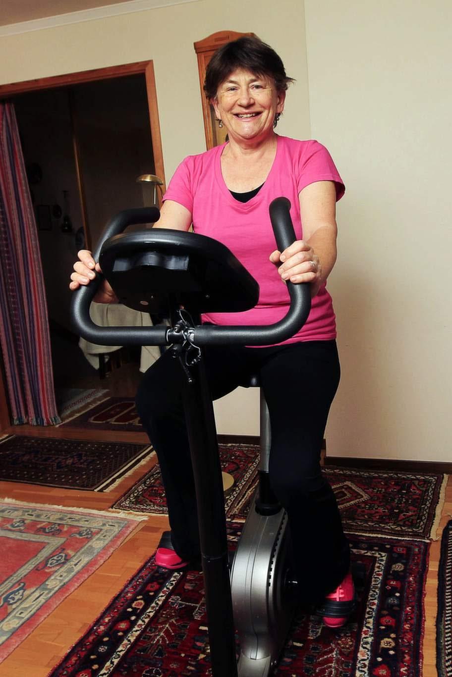 """TRÄNAR DAGLIGEN. Danica Axelsson försökte vila bort sina smärtor. Men efter besök hos läkaren, fick hon rådet att börja motionera. Nu kör hon hårt på motionscykeln. """"Om jag hade suttit kvar i soffan och vilat, hade jag varit otroligt stel i dag"""", säger hon."""