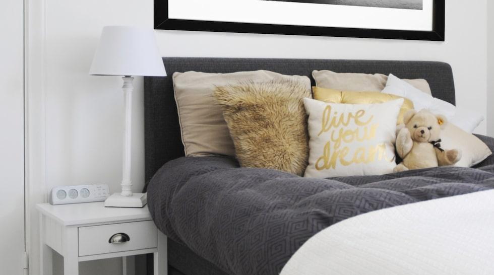 Josefinas sovrum går i vitt och grått. Sängen kommer från Skönare hem och sängbordet från Mio.