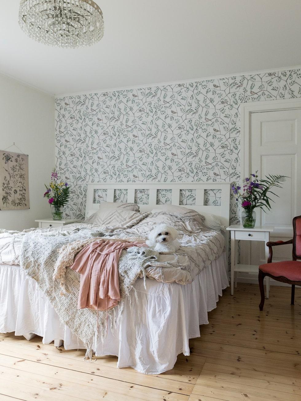 Sovrummet är tapetserat med August ur kollektionen Morgongåva från Midbeck. Lilla Saga tar gärna en tupplur på parets säng, när hon får möjlighet till det.