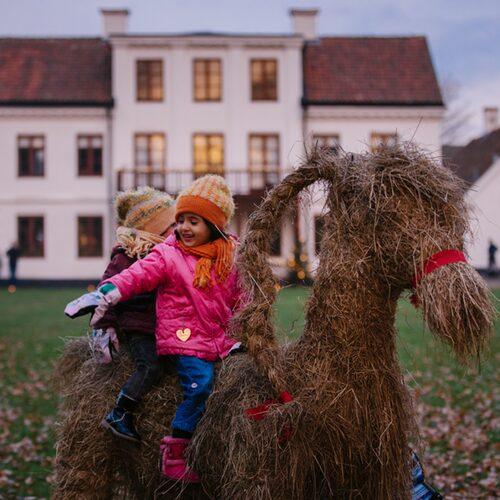 Runt 20 000 besökare brukar hitta till julfirandet bland Fredriksdals gårdar och stadskvarter.