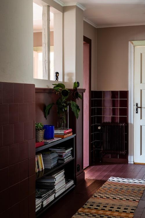 Det röda kaklet är original och vittnar om att det en gång legat ett badrum här.