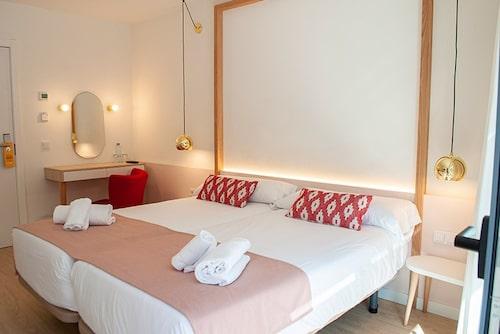 Färgskalan i rött och rosa är ett genomgående tema på hela hotellet.