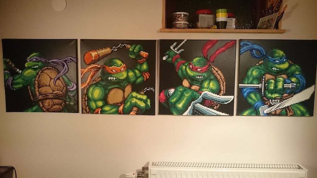 Ninja Turtles som sedan har limmats fast på svarta canvas.