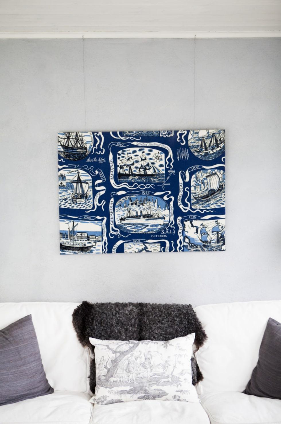 I soffan från Ikea ligger gotländska fårskinn.