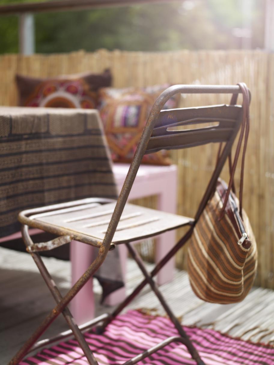 FällbarDuk, 420 kronor, rostig fällbar stol, 495 kronor, allt från Slottsträdgården Ulriksdal. Väska, 475 kronor, African touch.