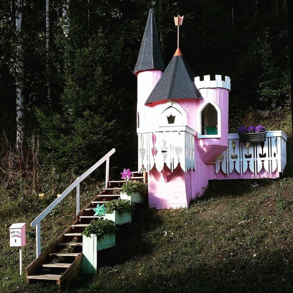 """Camilla Brolin, 29, från Sundsvall har byggt en sagolik lekplats till sin dotter. """"Jag är jättenöjd. Det blev som jag hade tänkt mig, kanske till och med bättre"""", säger hon."""