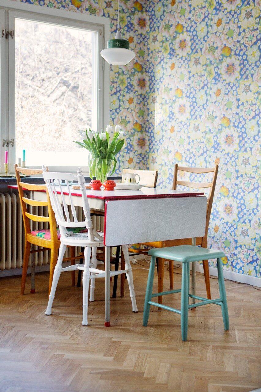 Matplatsen ligger i direkt anslutning till köket och är tapetserad med Josef Franks Eldblomma. Inredningen går i retrostil med loppisfyndade möbler. Bordet är från Perstorp med virvarrmönster.