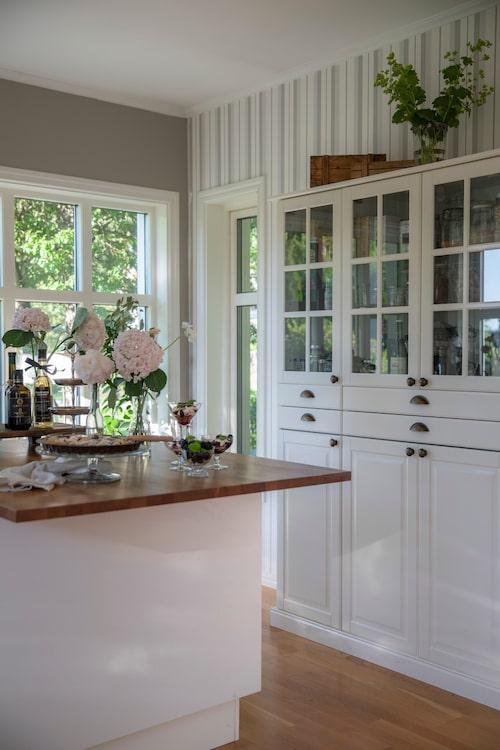 Köket är ljust och luftigt. Michael har byggt både köksön och skåpet av moduler och dörrar från Ikea. Bänkskivorna i körsbärsträ blir en fin kontrast mot de övriga ljusa tonerna i köket.
