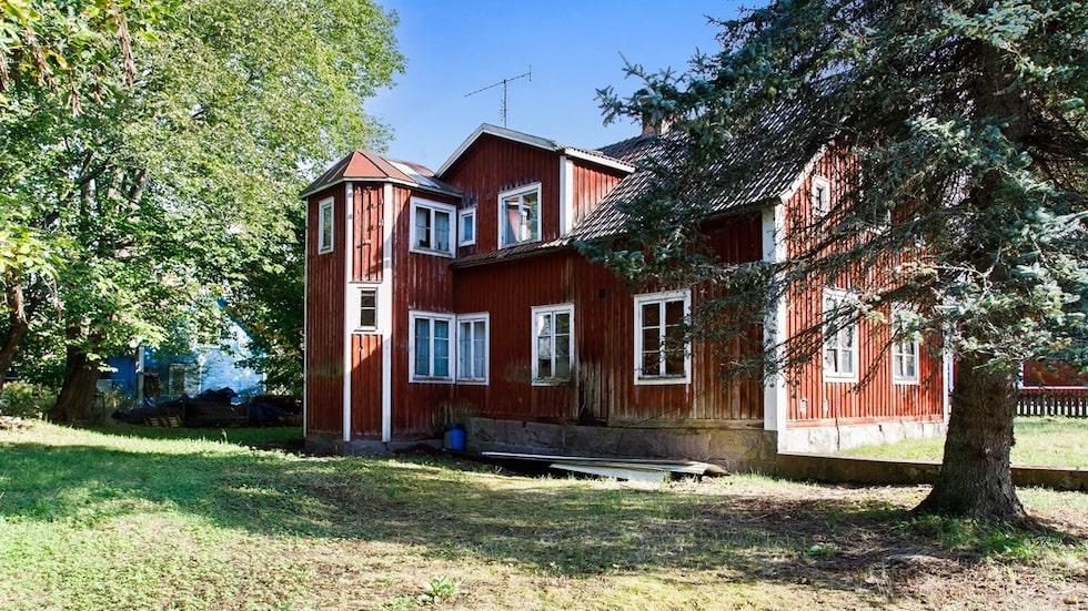 Till huset hör en tomt på 855 kvadratmeter.