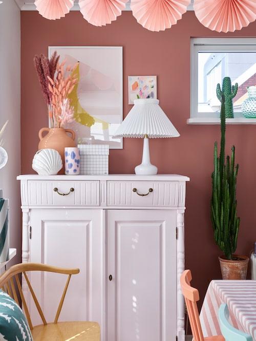 Viktors pappa har tillverkat den rosamålade skänken. Liten tavla, Evabrittkarin. Prickig vas, Studio Arhoj. Krus, Lagerhaus.