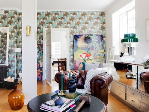 Den stora tavlan som står lutad mot väggen i vardagsrummet är målad av Peter Wahlbeck.