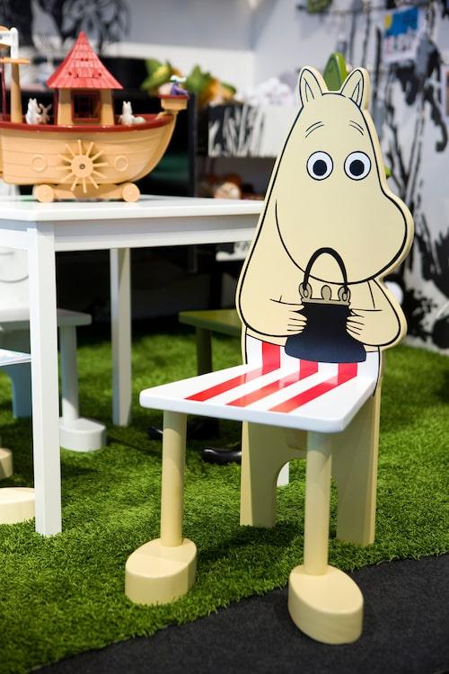 Mumin har till och med letat sig in inredningen, möbler av olika slag med Mumin finns att köpa. Här en stol på en Formex-mässa.