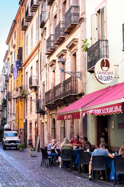 Bosa har gott om små restauranger som serverar nygrillad fisk och skaldjur.