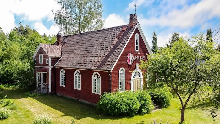Den vackra fasade i traditionsenligt faluröd färg med stora välvda fönster.
