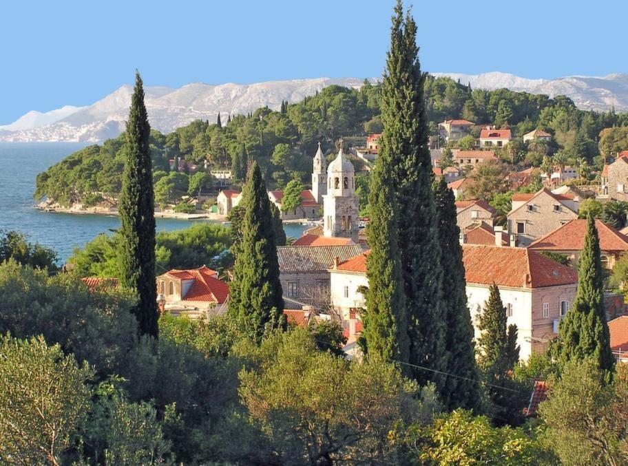 Från Split går  även reguljära färjor till Hvar, Brac, Vis och vidare söderut till Korcula och Dubrovnik samt norrut mot Rijeka.
