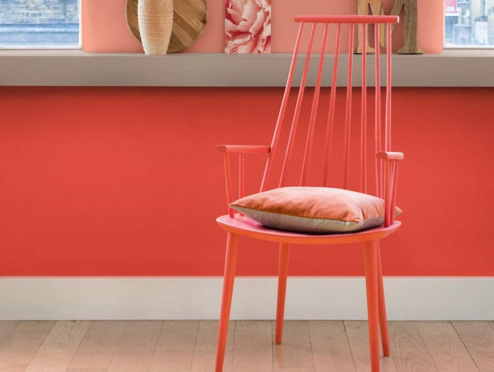 Vinrött och korall. Korallrött är den nya röda färgen och vinrött har utsetts till 2015 års trendfärg. Men fler röda nyanser slåss om uppmärksamheten. Bild från Nordsjö färg. Överst på väggen syns deras trendfärg för 2015, Copper orange.