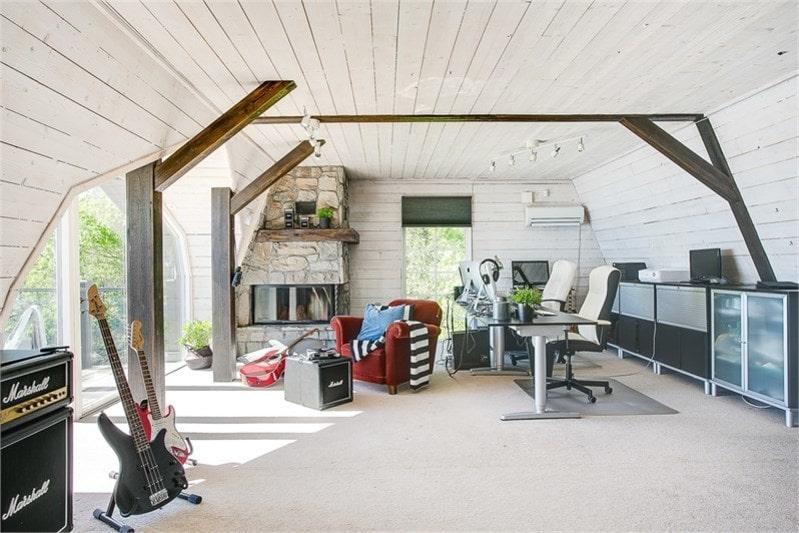 Studion på övre plan med utgång till balkong.