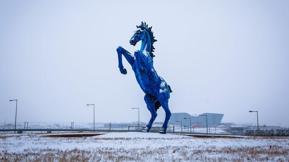 Den tre meter höga häststatyn föll så olyckligt över dess skapare att han dog.