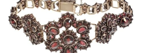 Granatarmband, 1500 kronor. Armband med granater tillverkat i mässing med kistlås och säkerhetskedja.