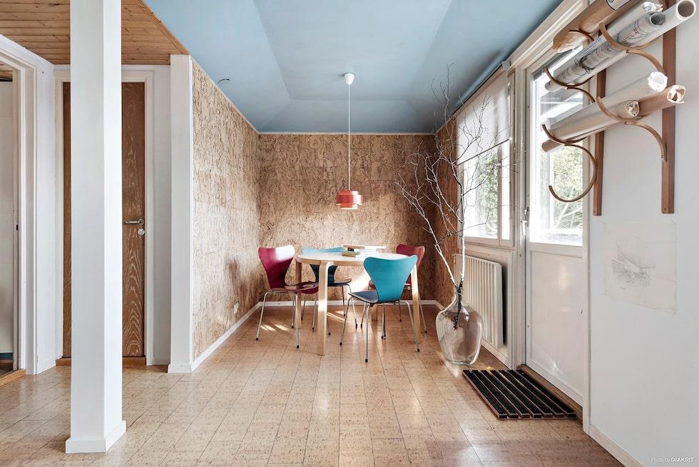 Husets skapare arkitekt Stig Tybrand har tillbringat många timmar i detta rum, och det har även fungerat som uthyrningsrum. Egen utgång till trädgården.