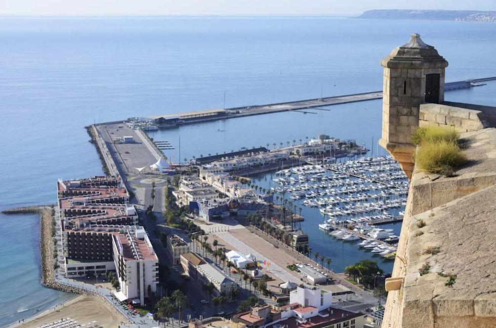 Vy. Fin utsikt från borgen Castillo de Santa Bárbara.