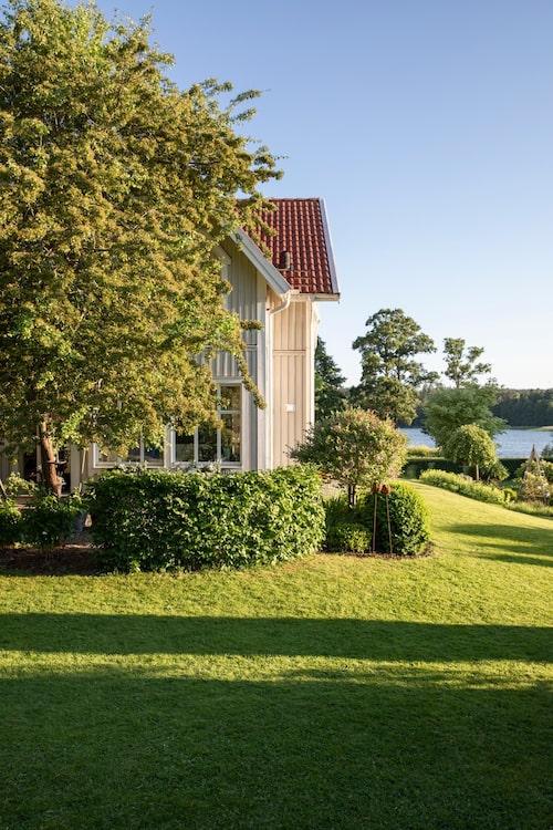 Huset står på Carins föräldrars gamla tomt, med utsikt över vattnet.