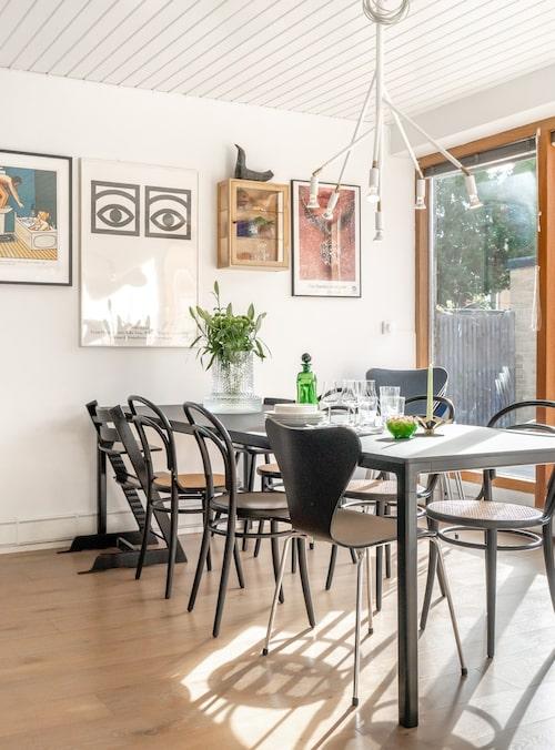 Det stora matbordet från Hay bjuder in till trevliga måltider med nära och kära. Stolar, Thonet, Stokke och Ikea. Taklampa Star, Örsjö. Tavla till vänster av Jan Stenmark. Poster i mitten, Moderna museet. Vas Kolonn Large, Skruf.