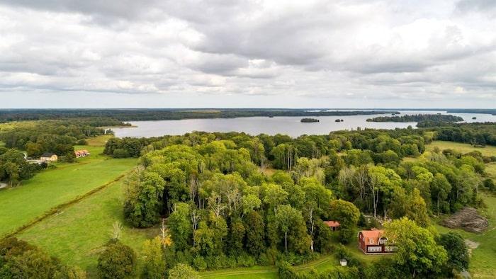 Huset ligger vackert intill sjön Erken i Norrtälje kommun.