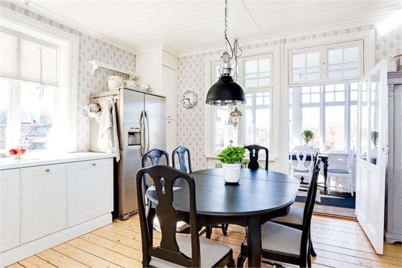 Matrummet har glasdörr till den vackra inglasade uteverandan.