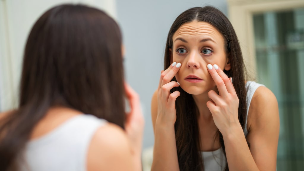 Påsar under ögonen kan göra att du ser trött ut. Men i många fall kan man faktiskt reducera puffigheten genom rätt rutiner och bra produkter.