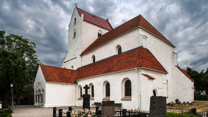 Huvuddelen av Sveriges första kyrka finns kvar i skånska Dalby, och imponerar fortfarande. Den var under en kort tid Sveriges första domkyrka.