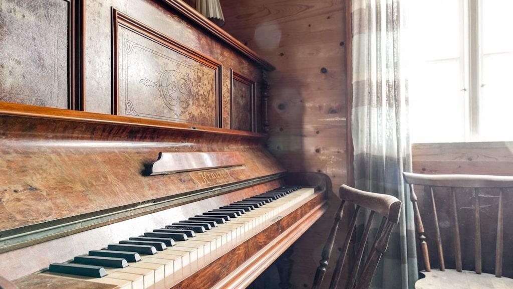 Den som bodde här gillade nog att spela piano – denna är en Krauss. Allt lösöre ingick i köpet.