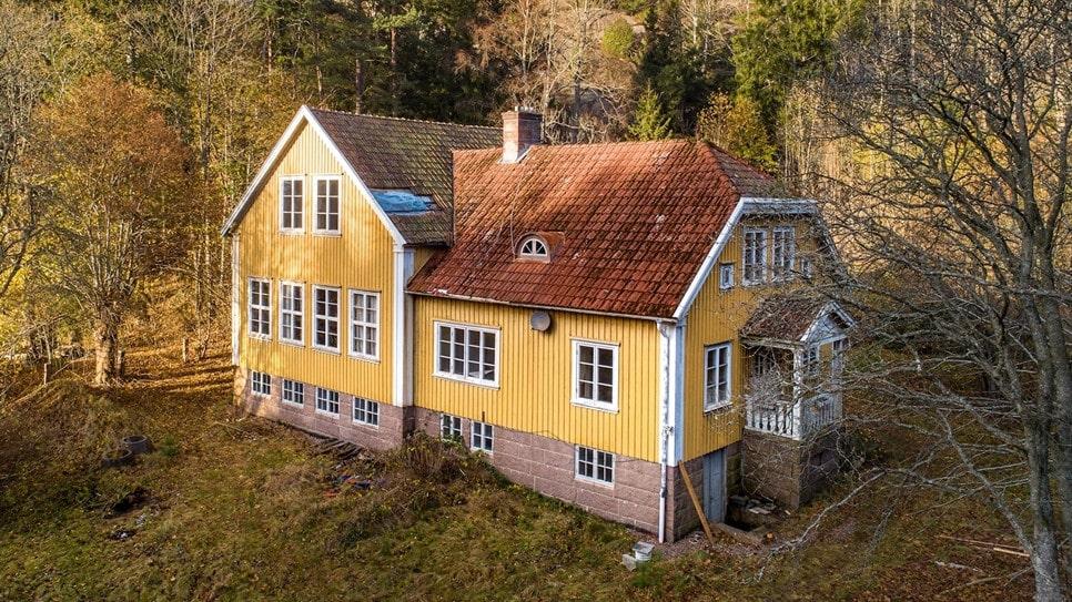 Skarstads gamla skola är till salu på Hemnet.