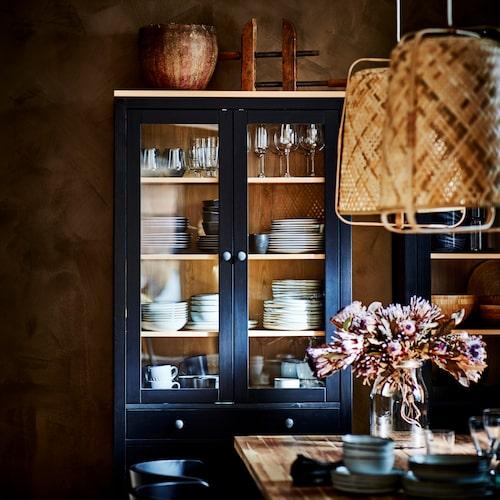 Vitrinskåpet Hemnes med tre lådor i betsad klarlackad massiv furu är ny. Lampskärmen Knixhult är handgjort och tillverkad av bitar av bambu som bu som annars skulle ha kastats.