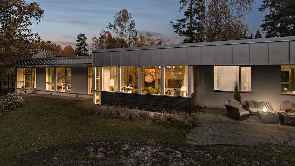 Vackert arkitektritat hus med stor trädgård i strålande solläge. Nära service, kommunikationer samt badplatser och grönområden.
