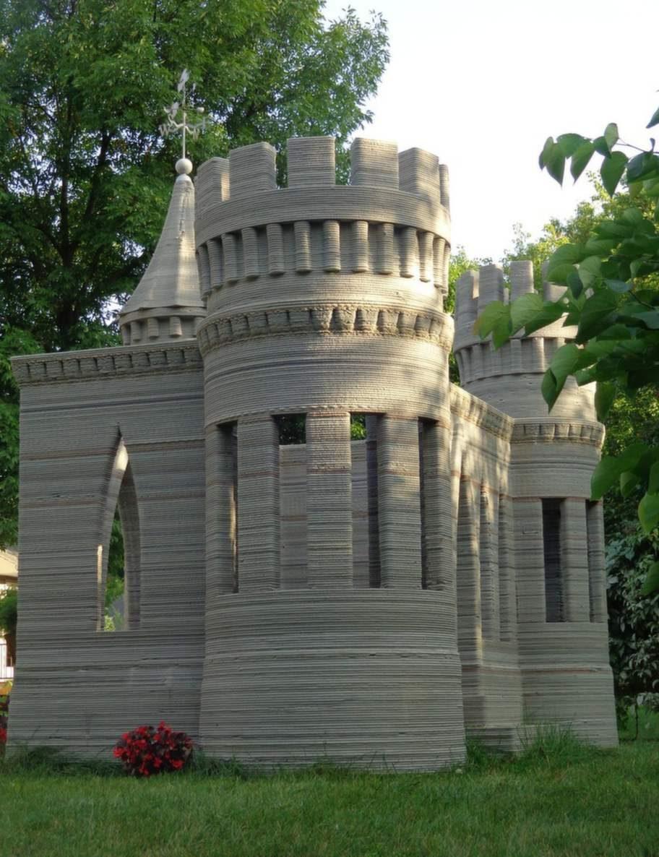 """""""Äntligen står den upp"""", skriver konstnären på sin hemisda. Här är världens första betongslott som har byggts med hjälp av en 3D-skrivare."""