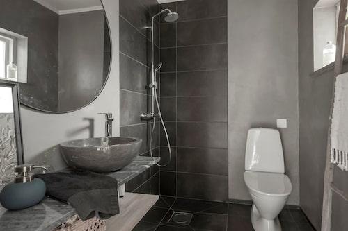 Ena badrummet är sobert grått...