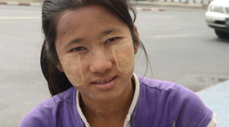 Många kvinnor gnider in ansiktet i en form av puder som görs av bark, mest för att det ser snyggt ut - och skyddar mot solen.