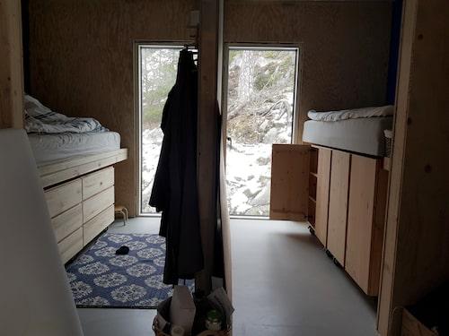 Familjen sade redan från början att de ville ha ett hus med få intryck. Därför är den mesta förvaringen dold – som här under barnens sängar.