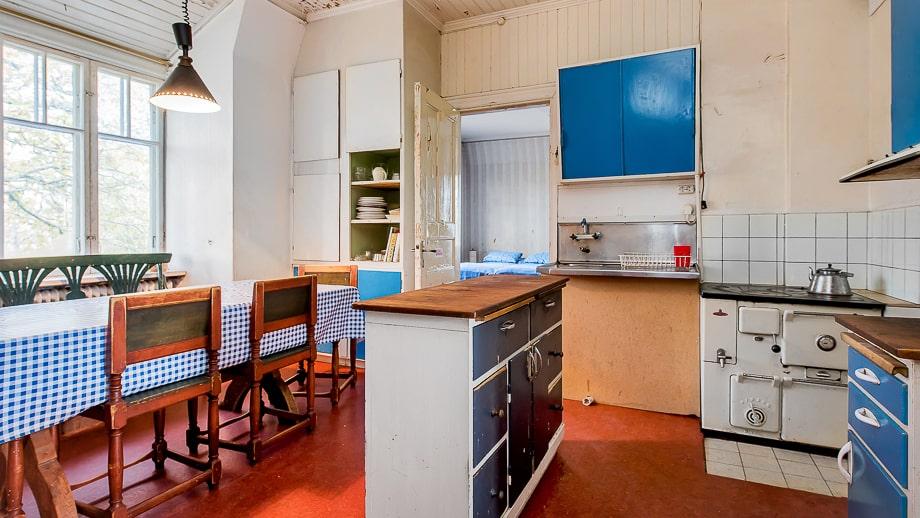 Köket i den andra lägenheten går i blått.