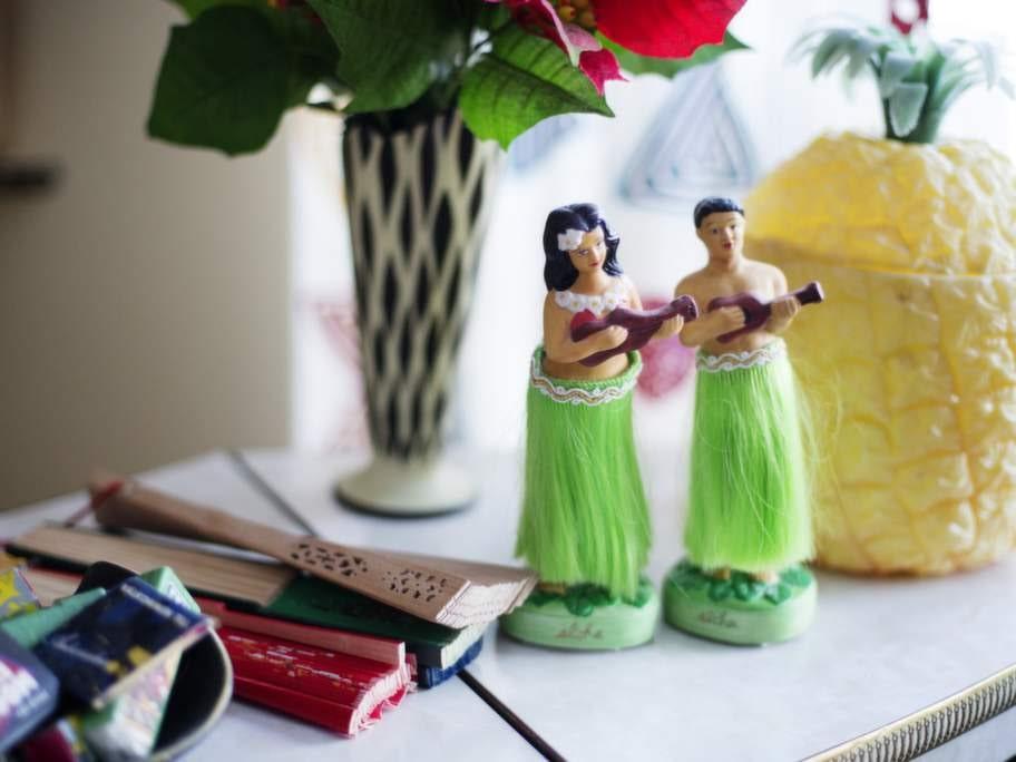 Exotiskt. På den svängda bardisken hittar man bland annat drinkpinnar med fruktmotiv, hula hula-tjejer och en ananas i plast.