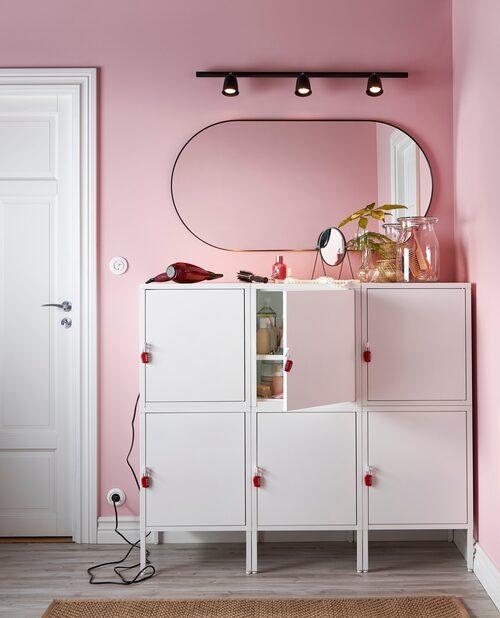 Lätta på morgonstressen i familjen och flytta ut delar av badrummet i hallen, tipsar Ikea och visar upp skåpet Hälla.