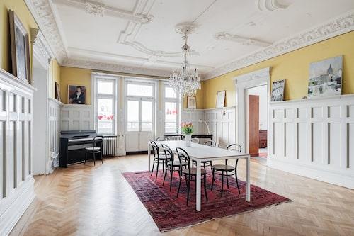 """Sjurummaren beskrivs i bostadsannonsen som """"en av Göteborgs mest unika paradvåningar""""."""