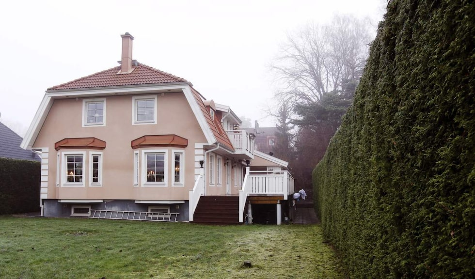"""Villan byggdes för sjutton år sedan och är på 330 kvadratmeter (""""lite för stor när barnen flyttat hemifrån"""") och omgärdas av en 3,7 meter hög häck."""