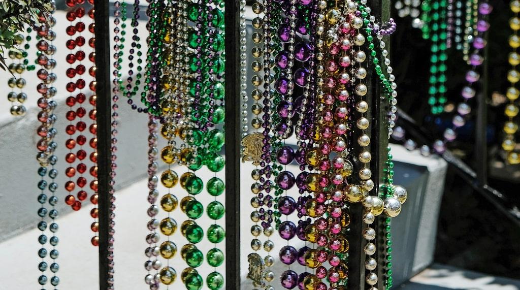 """Från träd och på staket i hela staden hänger """"beads"""", de halsband med glittriga plastpärlor som är en symbol för Mardi Gras-karnevalen i februari."""