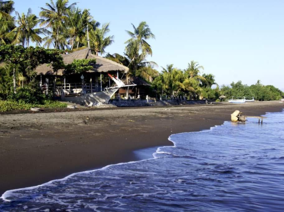 Här i området Lovina på norra Bali har stranden svart vulkansand. Stranden intill villan är lugn och inbjuder till sköna bad.