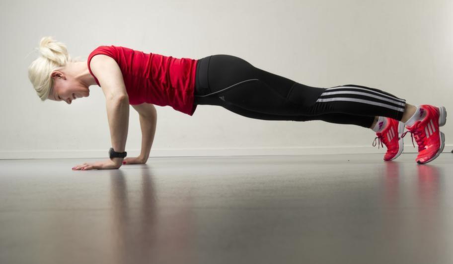 Set 1 Övning 2 ArmhävningarLigg med hela kroppen på golvet och tryck dig upp i en armhävning. Håll blicken i golvet. Svanka dig inte upp, utan spänn magen och behåll kroppen i samma position hela vägen upp. Gå tillbaka ända till golvet, och börja om. Repetera 10 gånger.Lättare variant: Gör övningen med knäna i golvet.